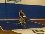 Stefano Orefice passeggia in bicicletta dopo la vittoria