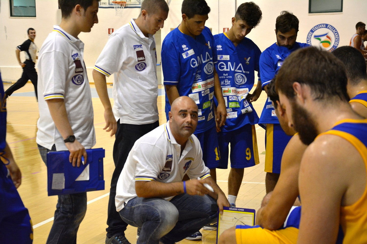 Mauro Serpico, coach della Virtus durante un time out
