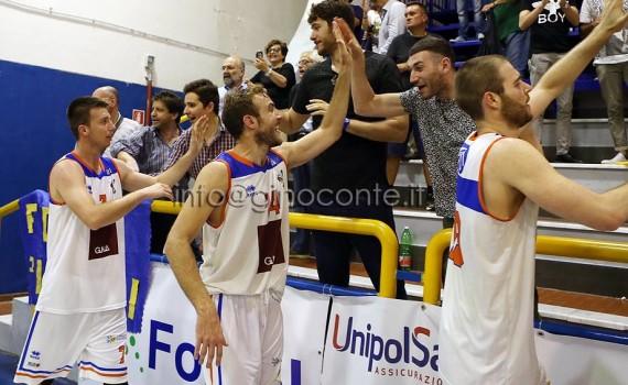 Loncarevic, il capitano Aprea e Pekic che salutano i tifosi nel giro finale